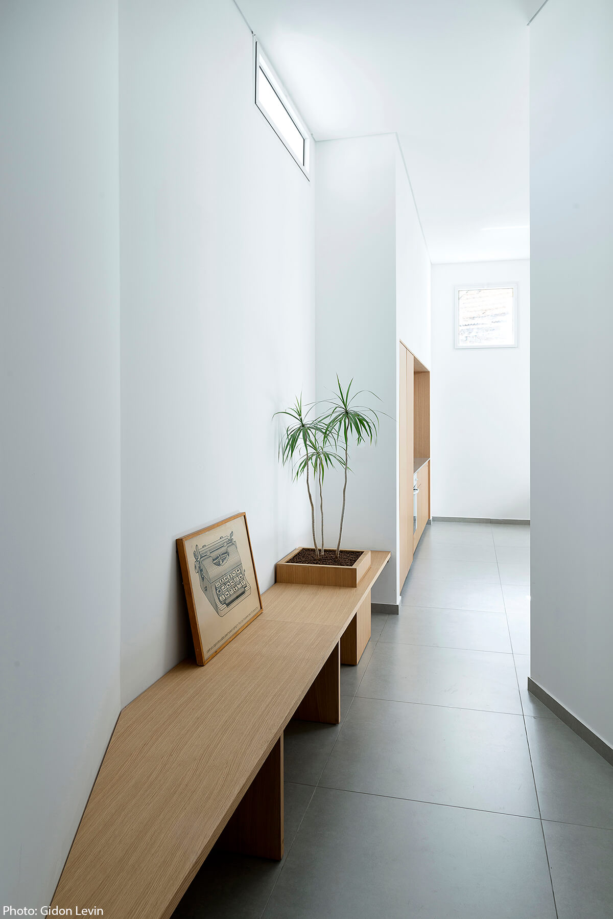 Wooden bench in 50sqm apartment in Jaffa designed by Itai Palti Architect - Fineshmaker