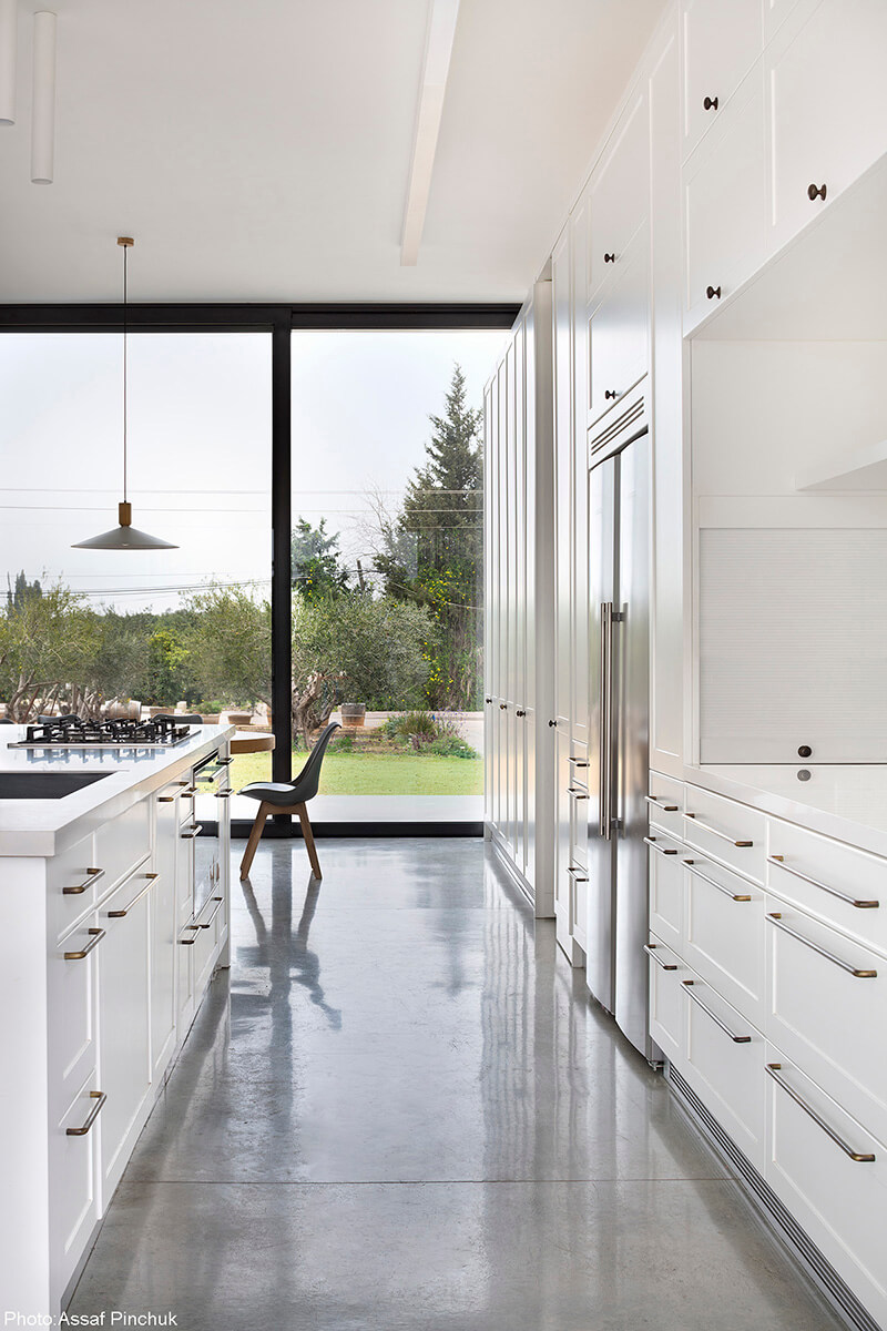 White kitchen designed by Henkin Shavit Architecture - Fineshmaker