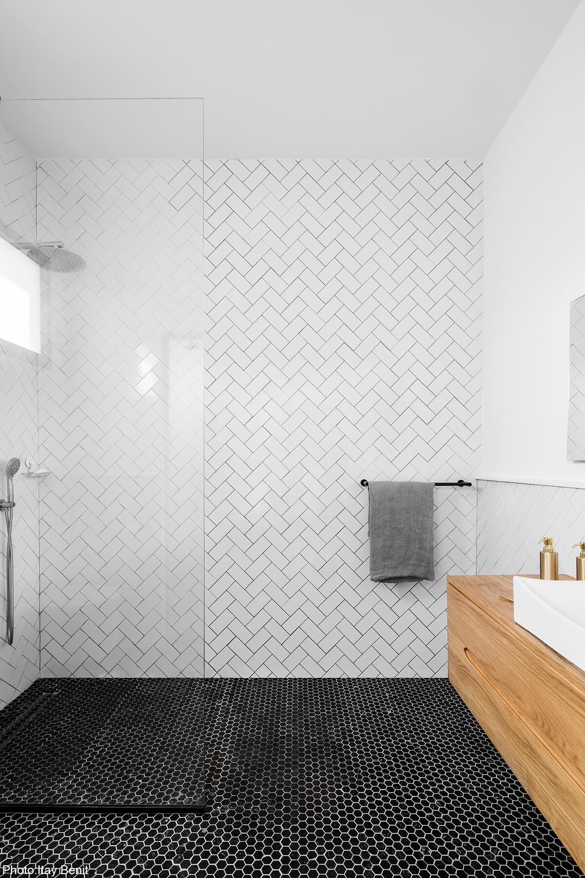 White bathroom tiles in 180sqm House designed by Carmit Gat - Fineshmaker
