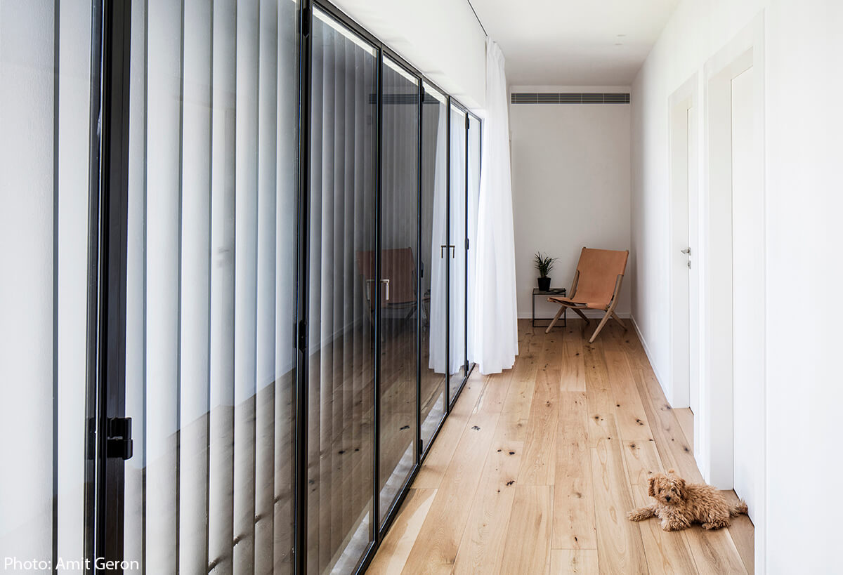 Wooden floor in modern house designed by Jacobs Yaniv Architects, Photo by Amit Geron - Fineshmaker