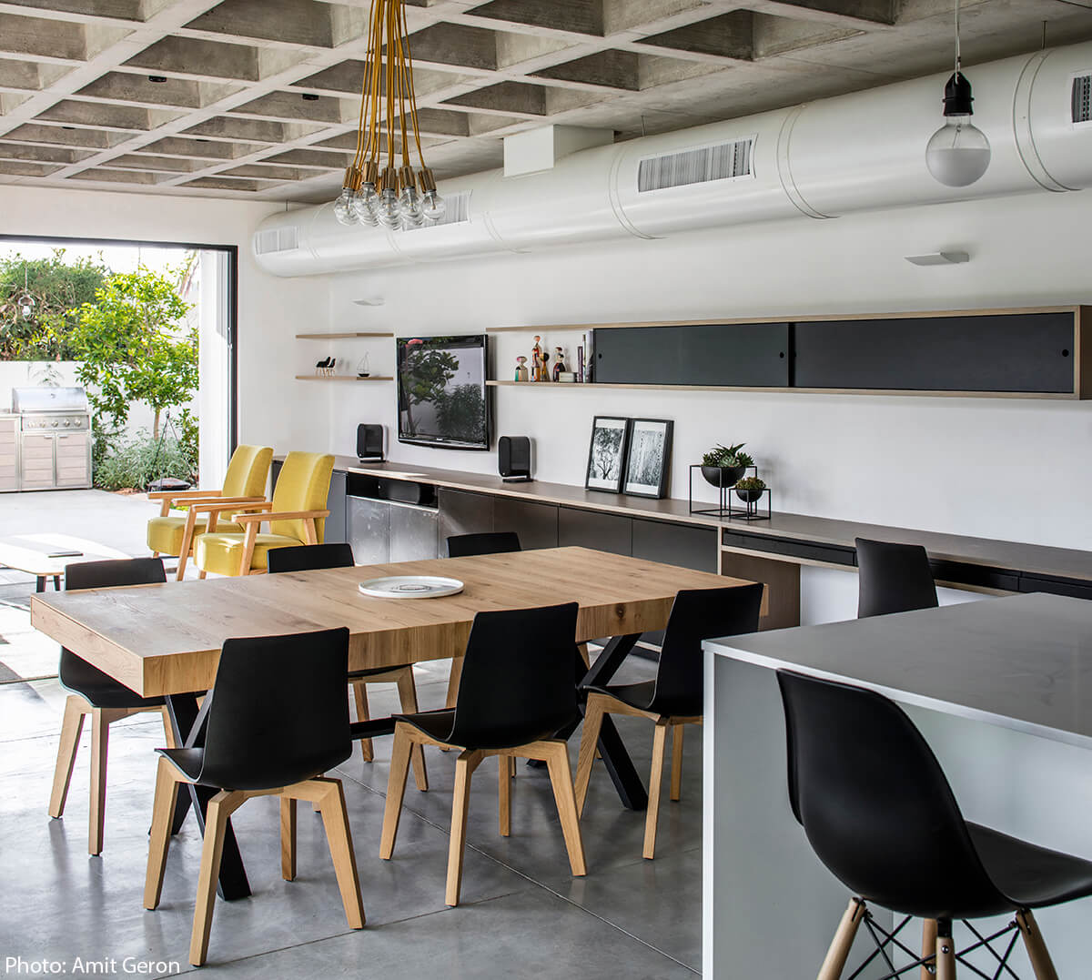 Dining table in modern house designed by Jacobs Yaniv Architects