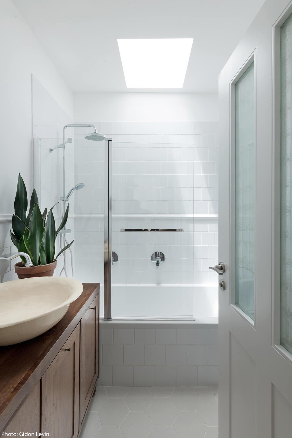 Modern bathroom designed by Jonathan Canetti Architecture & Design Studio